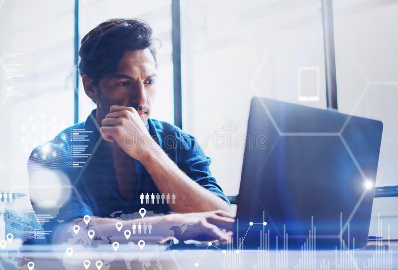 Het concept het digitale scherm, virtueel verbindingspictogram, diagram, grafiek zet om De jonge analist die van bankwezenfinanci stock fotografie
