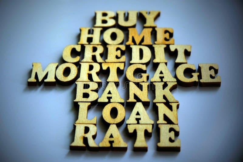 Het concept hypotheek het lenen Woorden in de vorm van een huis worden van houten brieven wordt gemaakt opgemaakt die vignetting royalty-vrije stock afbeelding