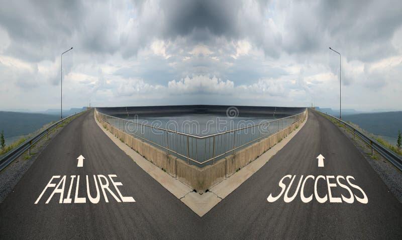 Het concept keus met kruispunten die op twee manieren spliting, kiest F stock foto's