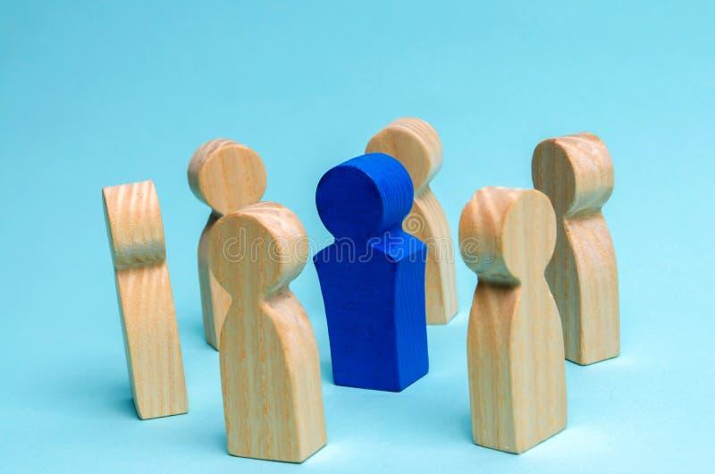 Het concept leiding in een commercieel team Een menigte van arbeiders bevindt zich in een cirkel en luistert aan hun mentor, leid royalty-vrije stock afbeelding