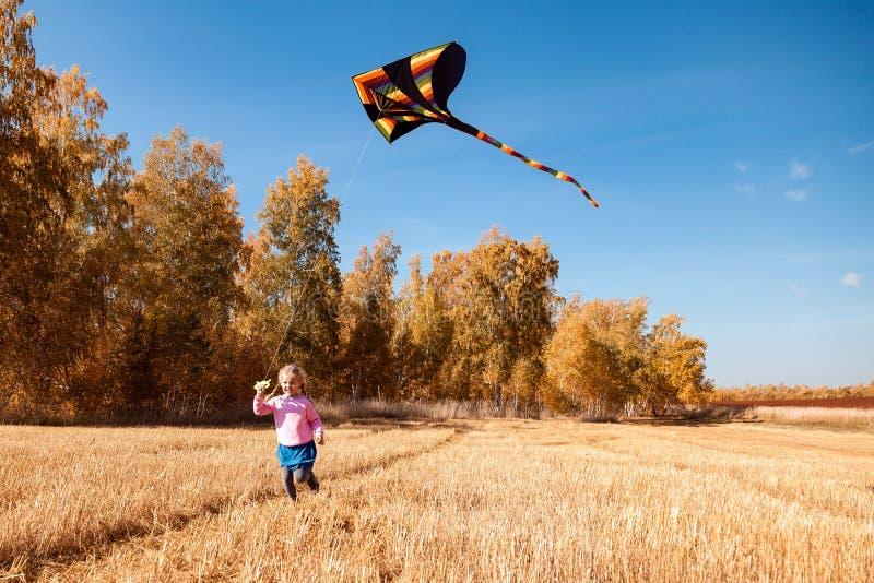 Het concept livestyle en familie openluchtrecreatie in de herfst stock foto's