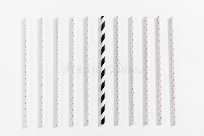 Het concept multi-colored stro voor het drinken op witte achtergrond stock foto's