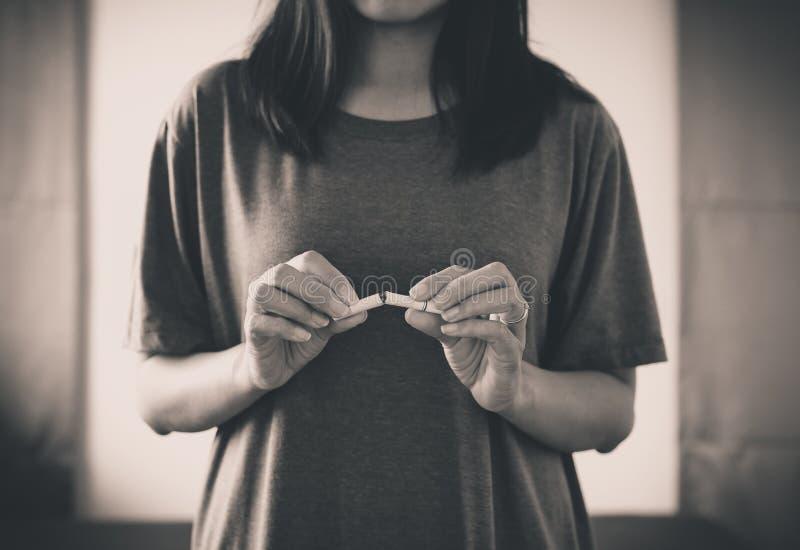 Het concept nr - rokende dagwereld die met wereld ophouden geen tabak in 31 kan dag, Vrouwenhanden die of Zwart-witte sigaret ver royalty-vrije stock fotografie