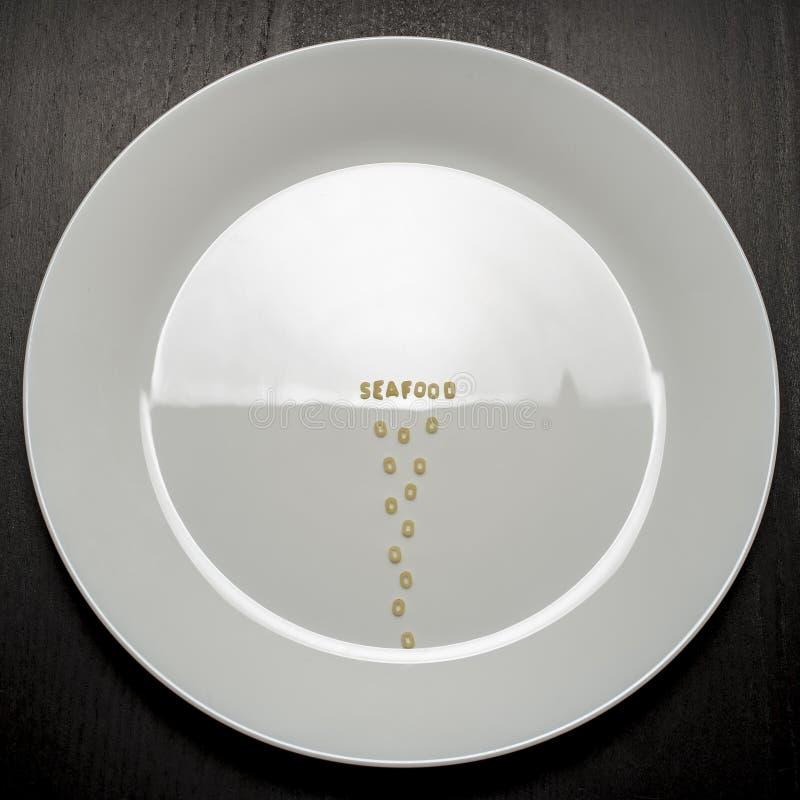 Het concept overzees voedsel op een lege plaat is gesimuleerde weerspiegeling van de waterspiegel met golven royalty-vrije stock foto's