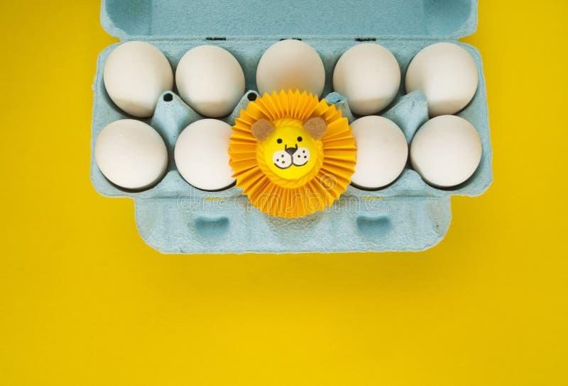 Het concept Pasen met leuke en vrolijke met de hand gemaakte eieren royalty-vrije stock fotografie