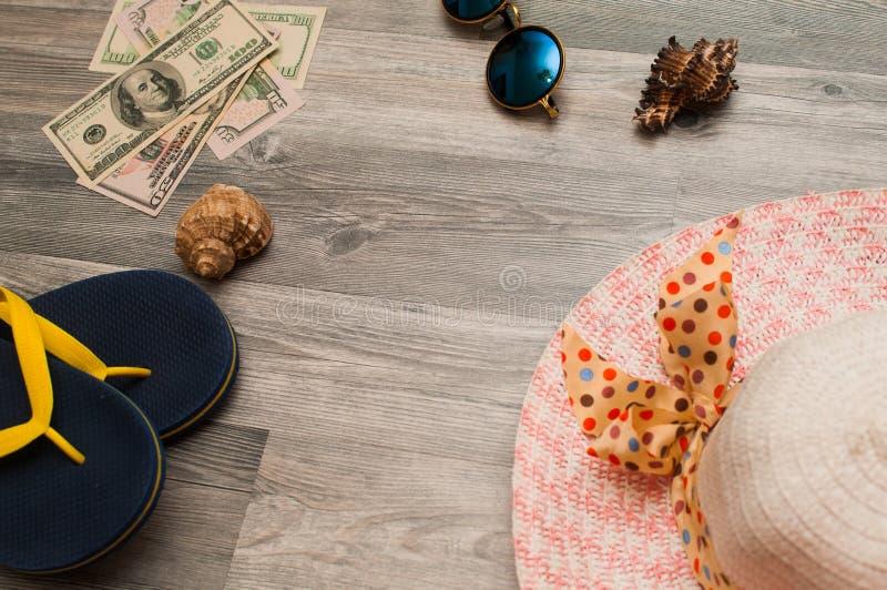Het concept rust en reis: geld, Panama, glazen, pantoffels, shells royalty-vrije stock foto's