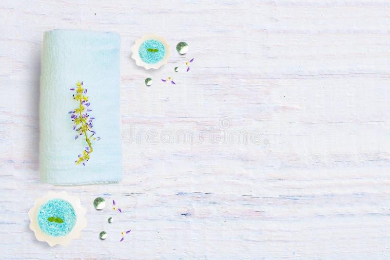 Het concept schoonheid en gezonde levensstijl met een Kuuroord op een lichte rustieke houten achtergrond, royalty-vrije stock foto