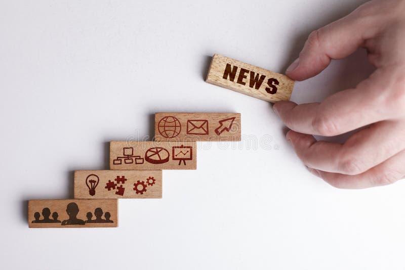 Het concept technologie, Internet en het netwerk De zakenman toont een werkend model van zaken: Nieuws stock fotografie