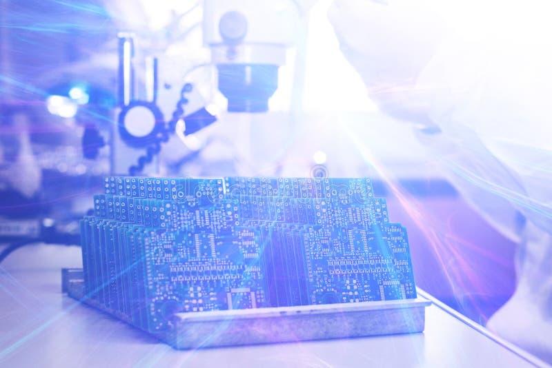 Het concept toekomstige technologieën Computerraad met visuele gevolgen in een futuristische stijl Conceptueel beeld van hoogte royalty-vrije stock afbeeldingen