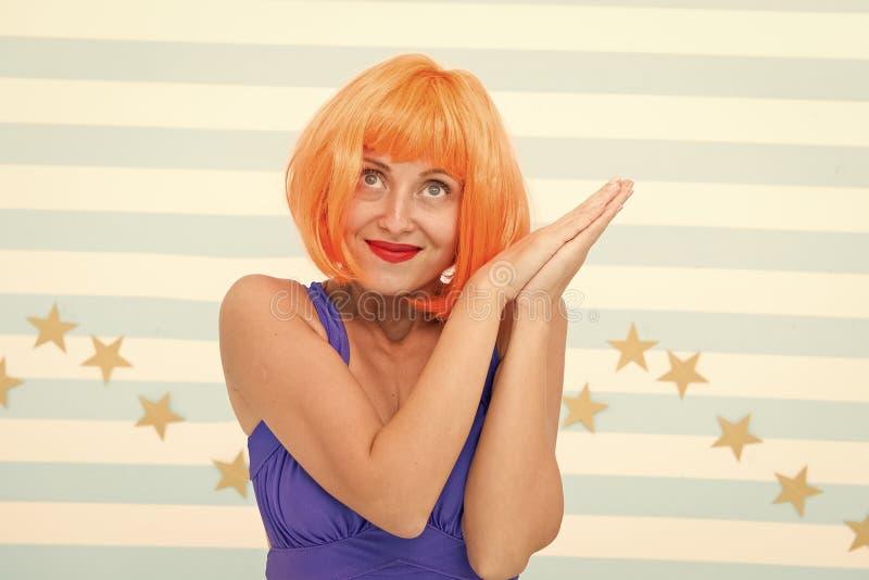 Het concept van actricevaardigheden Vrouw die leuke emotionele uitdrukking uitoefenen Dameactrice het praktizeren prestaties Het  stock foto