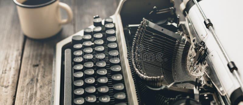 Het Concept van auteursworkplace at home Schrijfmachine met document blad stock fotografie
