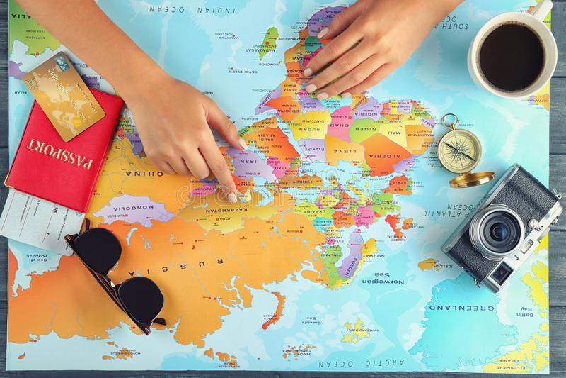 Het concept van het avontuur Vrouw die haar vakantie plannen royalty-vrije stock fotografie