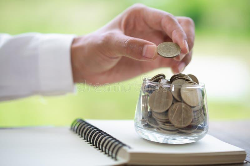 Het concept van het besparingsgeld, de groeiende zaken van de muntstukstapel, sparen geld voor investering stock fotografie