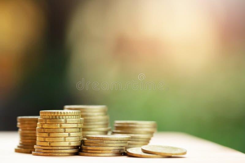 Het concept van het besparingsgeld door geldmuntstukken vooraf in wordt op elkaar in verschillende posities voor het kweken van u royalty-vrije stock afbeeldingen