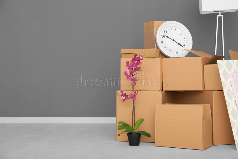 Het concept van het bewegingshuis Kartondozen en bezittingen royalty-vrije stock afbeeldingen