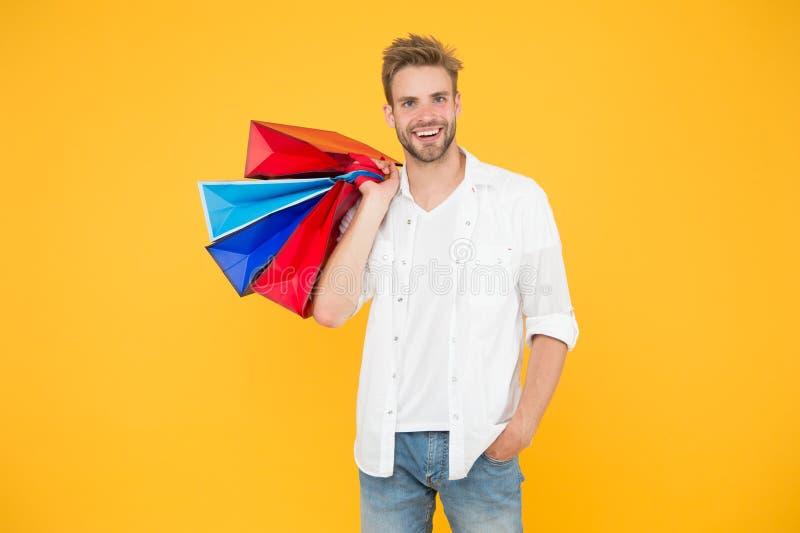 Het concept van het consumentisme Grote Korting Grote keuzen grote aankopen De gelukkige aankopen van de mensenholding in documen royalty-vrije stock afbeelding