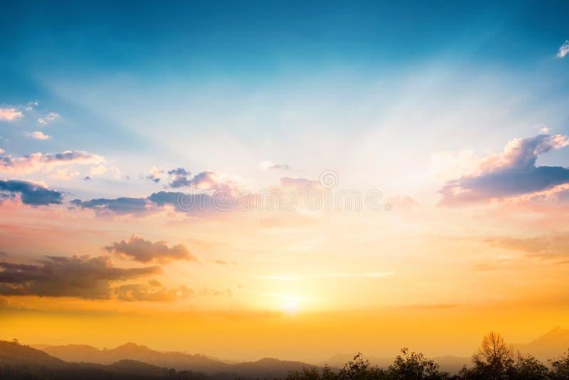 Het concept van de aardedag: Zonlicht en de achtergrond van de de herfstzonsondergang royalty-vrije stock afbeelding