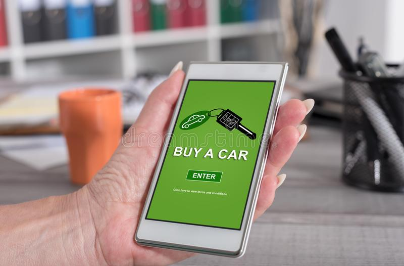 Het concept van de autoverkoop op een smartphone royalty-vrije stock foto's