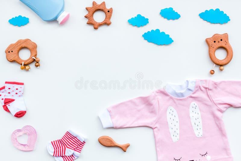 Het concept van de babydouche Het de baby` s kleren en speelgoed op lichte hoogste mening als achtergrond kopiëren ruimte royalty-vrije stock fotografie