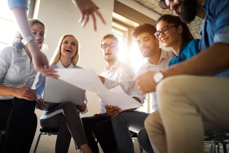 Het Concept van de van het bedrijfs startdiversiteitsgroepswerk Brainstormingsvergadering royalty-vrije stock fotografie