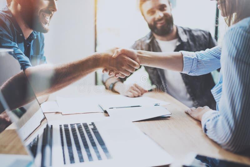Het concept van de bedrijfsvennootschaphanddruk Het handenschuddenproces van fotomedewerkers Succesvolle overeenkomst na grote ve