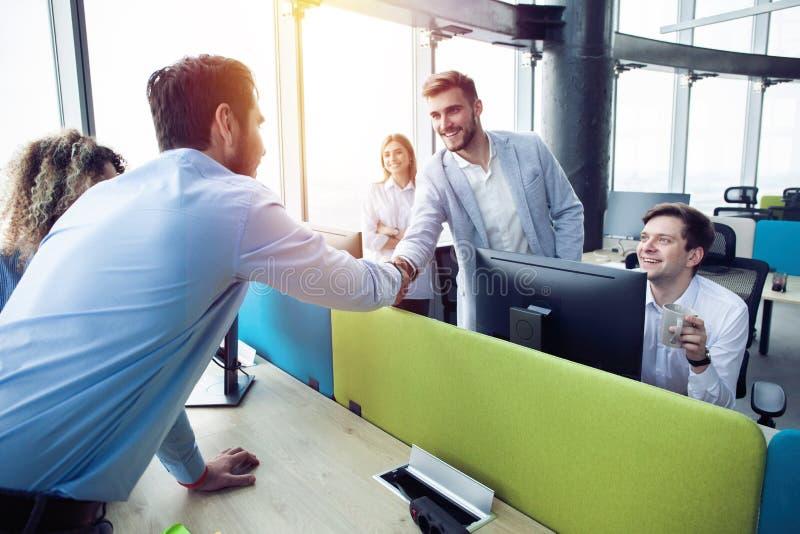 Het concept van de bedrijfsvennootschapvergadering Zakenliedenhanddruk Succesvol zakenliedenhandenschudden na goede overeenkomst royalty-vrije stock foto's