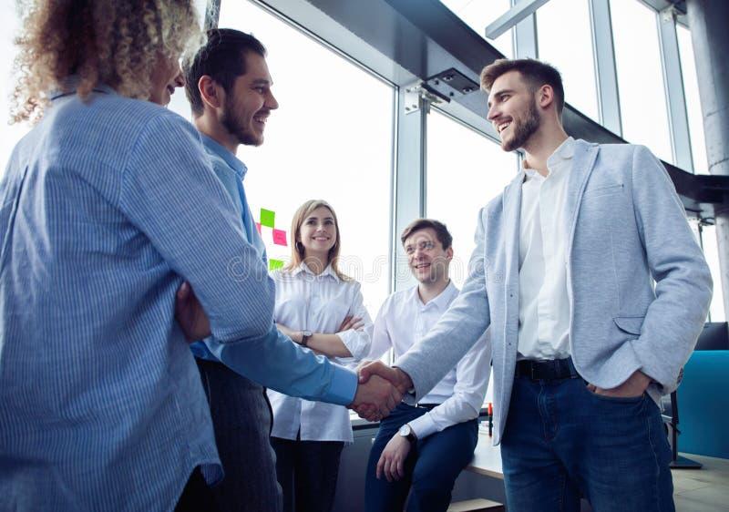 Het concept van de bedrijfsvennootschapvergadering Zakenliedenhanddruk Succesvol zakenliedenhandenschudden na goede overeenkomst stock foto's