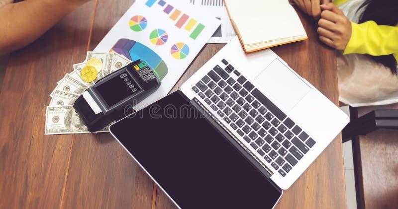 Het concept van de boekhouding bedrijfsmensen die met administratie werken computernotitieboekje en contant geld op lijst op het  royalty-vrije stock afbeelding