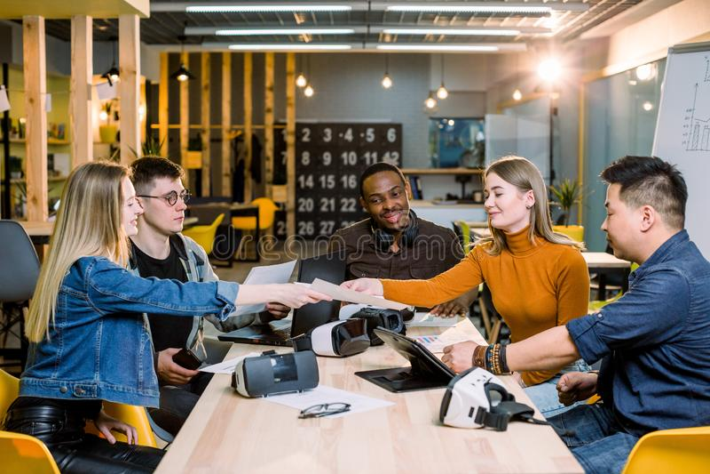 Het Concept van de de Brainstormingsvergadering van het startdiversiteitsgroepswerk Laptop bedrijfs van Team Coworker Global Shar royalty-vrije stock foto's