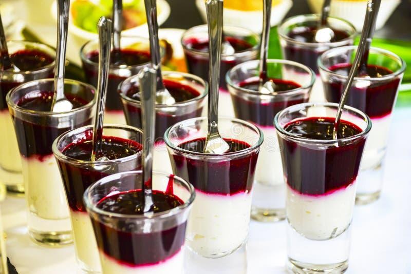 Het Concept van de cateringsdienst: Berry Mousse Pudding Parfait In de Glasschoten met Lepels bij een Zakelijke gebeurtenis, Hote stock afbeeldingen