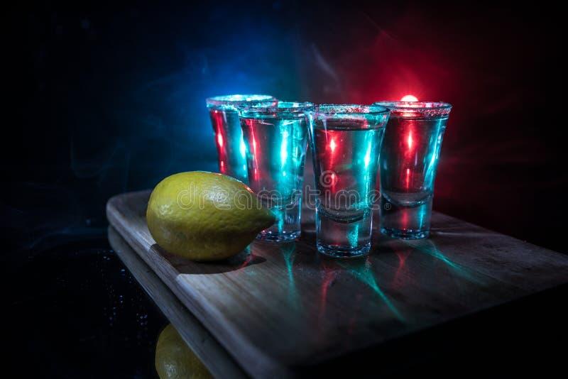 Het concept van de clubdrank De smakelijke alcohol drinkt cocktailtequila met kalk en zout op trillende donkere achtergrond of gl stock afbeelding