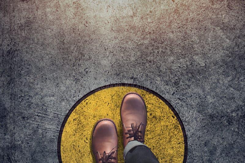 Het concept van de comfortstreek, Mannetje met de stappen van leerschoenen over cirkel stock fotografie