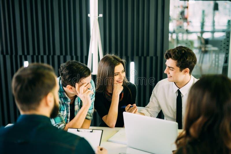Het Concept van de de Brainstormingsvergadering van het startdiversiteitsgroepswerk commerciële teammedewerkers die bij laptop sa stock foto