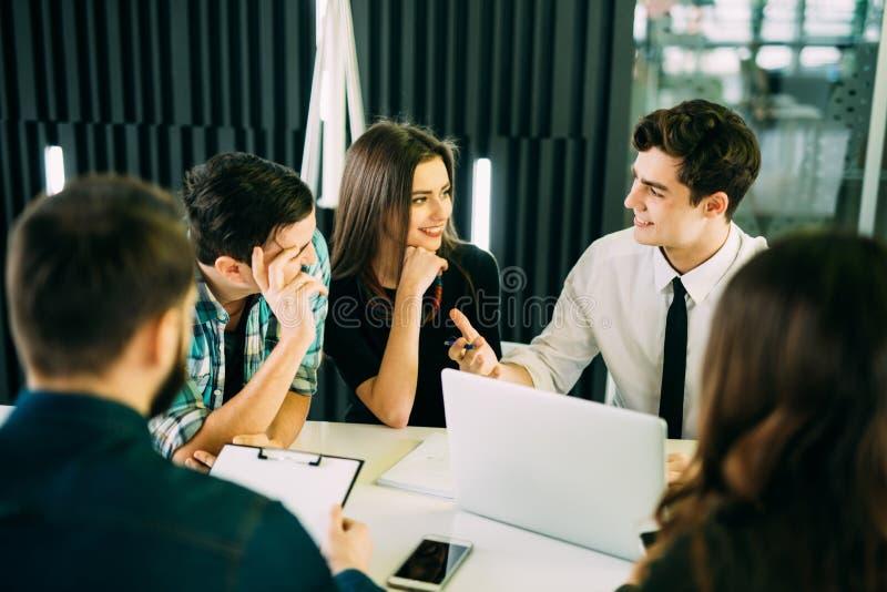 Het Concept van de de Brainstormingsvergadering van het startdiversiteitsgroepswerk commerciële teammedewerkers die bij laptop sa stock fotografie