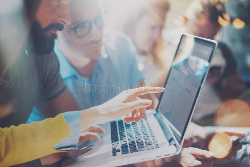 Het Concept van de de Brainstormingsvergadering van het startdiversiteitsgroepswerk Laptop bedrijfs van Team Coworker Global Shar stock afbeelding