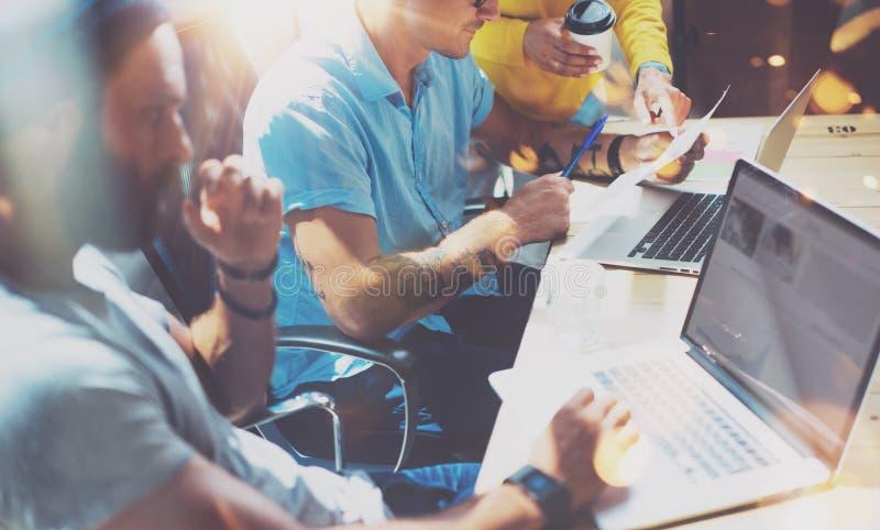 Het Concept van de de Brainstormingsvergadering van het startdiversiteitsgroepswerk Laptop bedrijfs van Team Coworker Global Shar stock fotografie