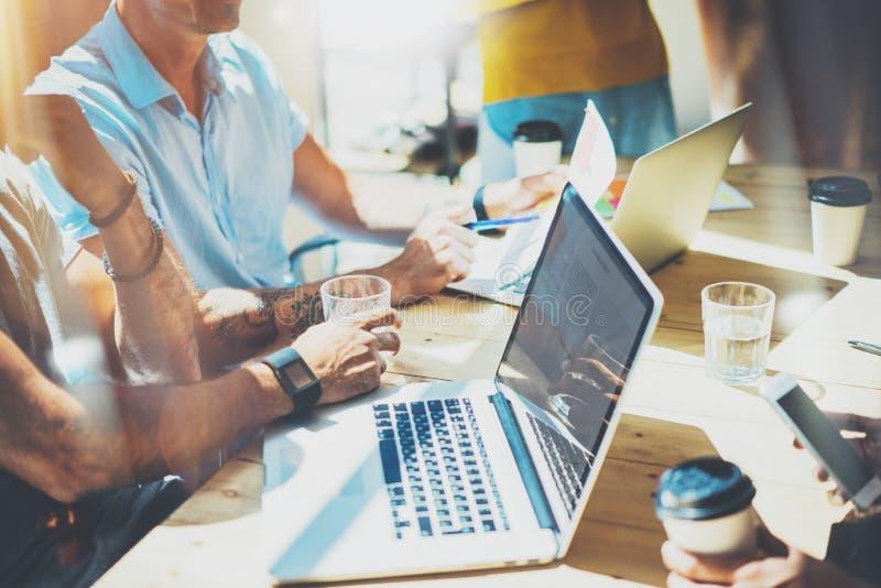 Het Concept van de de Brainstormingsvergadering van het startdiversiteitsgroepswerk Laptop bedrijfs van Team Coworker Global Fina stock foto's