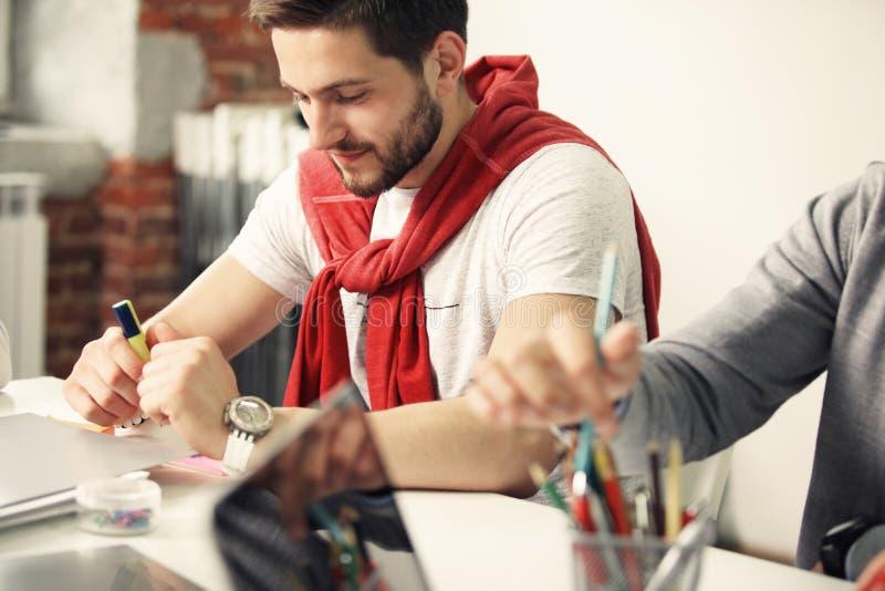 Het Concept van de de Brainstormingsvergadering van het startdiversiteitsgroepswerk Laptop bedrijfs van Team Coworker Global Shar royalty-vrije stock afbeeldingen