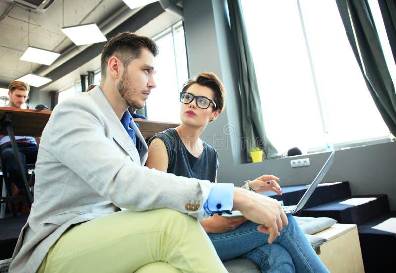 Het Concept van de de Brainstormingsvergadering van het startdiversiteitsgroepswerk Laptop bedrijfs van Team Coworkers Analyze Fi royalty-vrije stock foto