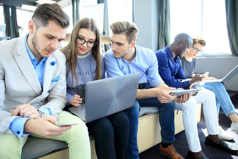 Het Concept van de de Brainstormingsvergadering van het startdiversiteitsgroepswerk Laptop bedrijfs van Team Coworkers Analyze Fi stock fotografie