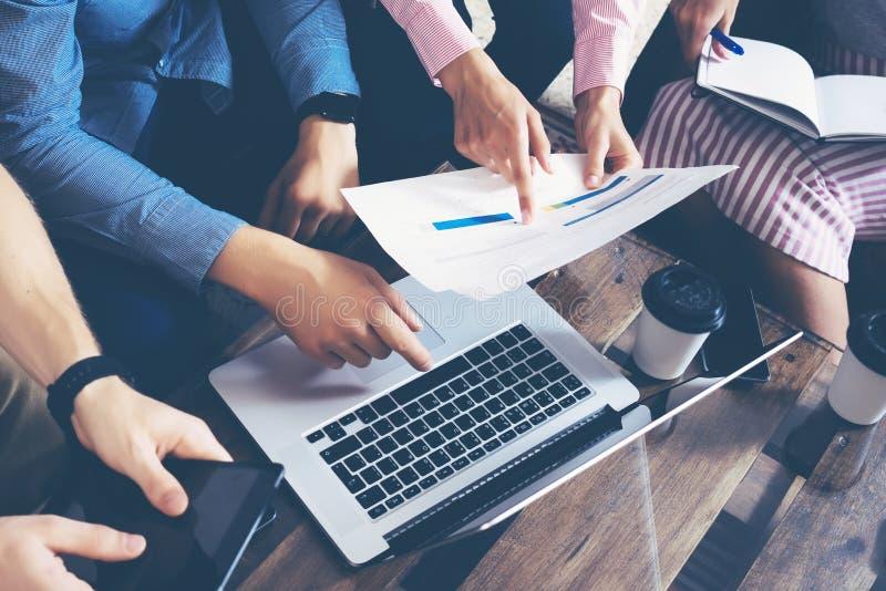 Het Concept van de de Brainstormingsvergadering van het startdiversiteitsgroepswerk Laptop bedrijfs van Team Coworkers Global Sha stock fotografie