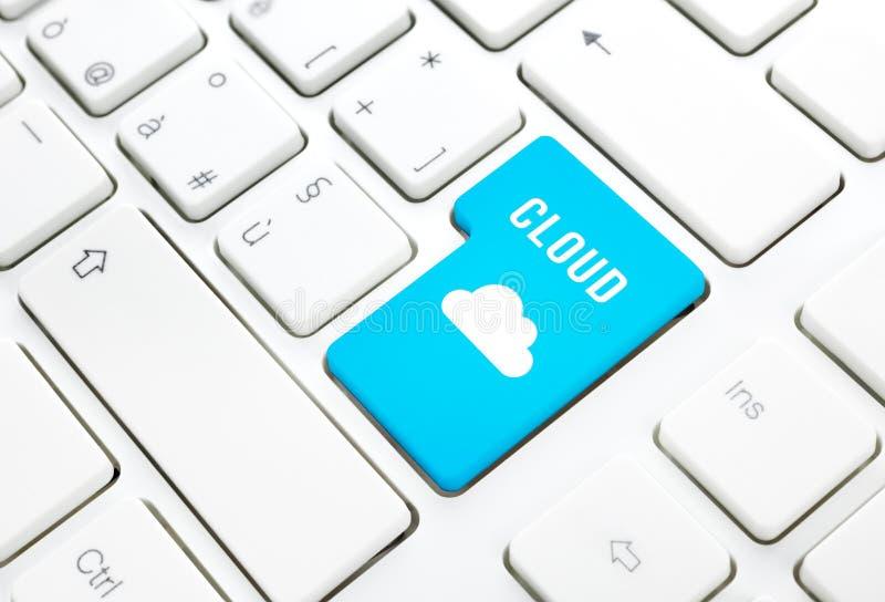 Het concept van de de gegevensverwerkingstechnologie van de wolk. Sleutel op wit toetsenbord stock fotografie