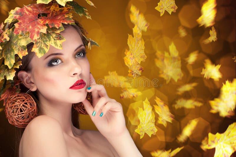 Het concept van de de herfstmanier meisje met doorbladert in hoofd royalty-vrije stock foto