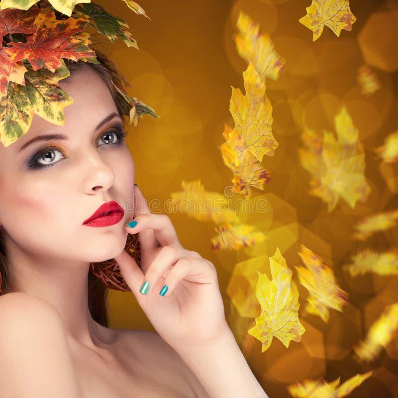 Het concept van de de herfstmanier meisje met doorbladert in hoofd royalty-vrije stock afbeelding