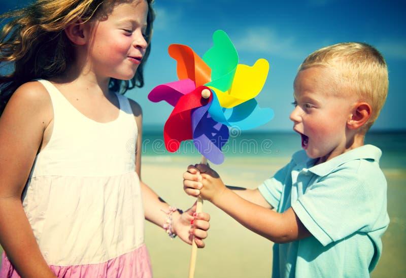 Het Concept van de de Jonge geitjessamenhorigheid van Fun Beach Children van de broerzuster royalty-vrije stock foto's