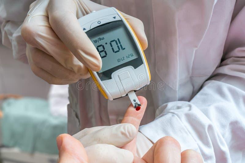 Het concept van de diabetes De arts controleert het niveau van de bloedglucose royalty-vrije stock fotografie