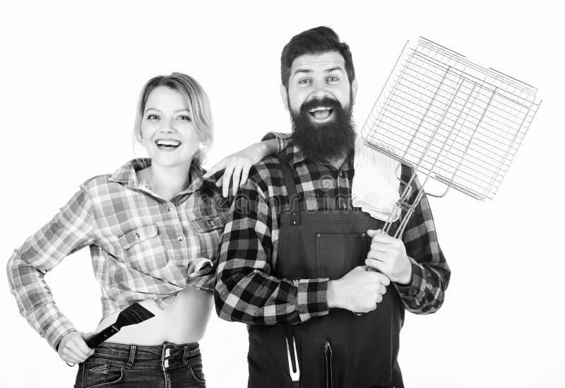 Het concept van de familiebarbecue Barbecuings gemeenschappelijke techniek Gebaarde hipster en vrolijke meisjesgreep die roostere stock fotografie