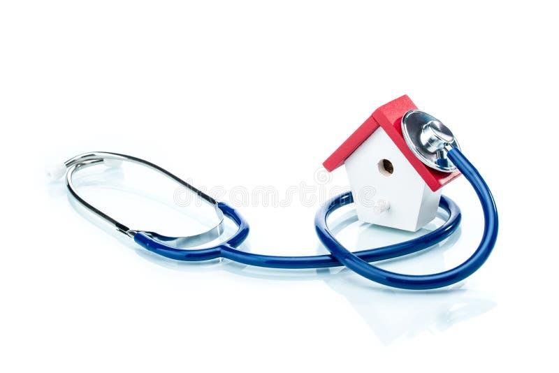 Het concept van de familiegezondheid, huismodel met stethoscoop stock foto's