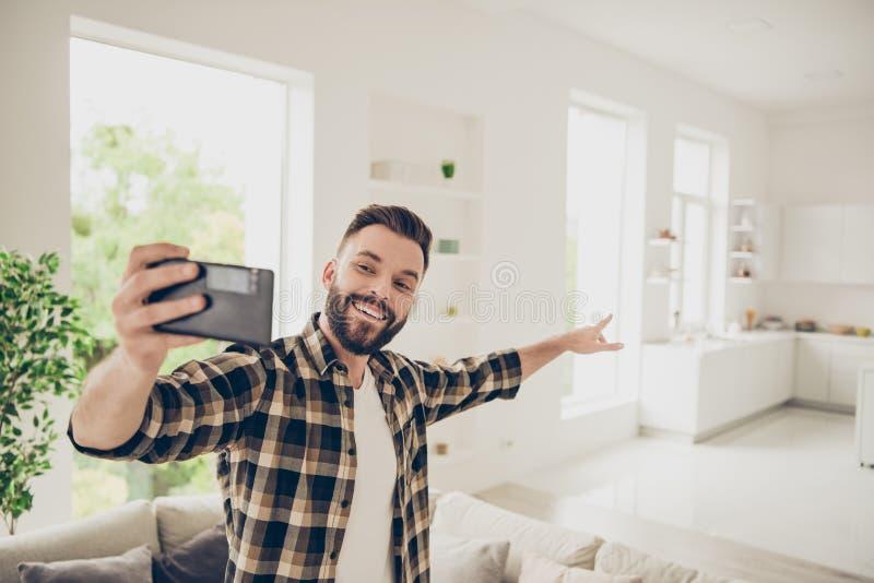 Het concept van de flataankoop Laat ` s gaan en I ` ll toont u mijn huis stock afbeeldingen