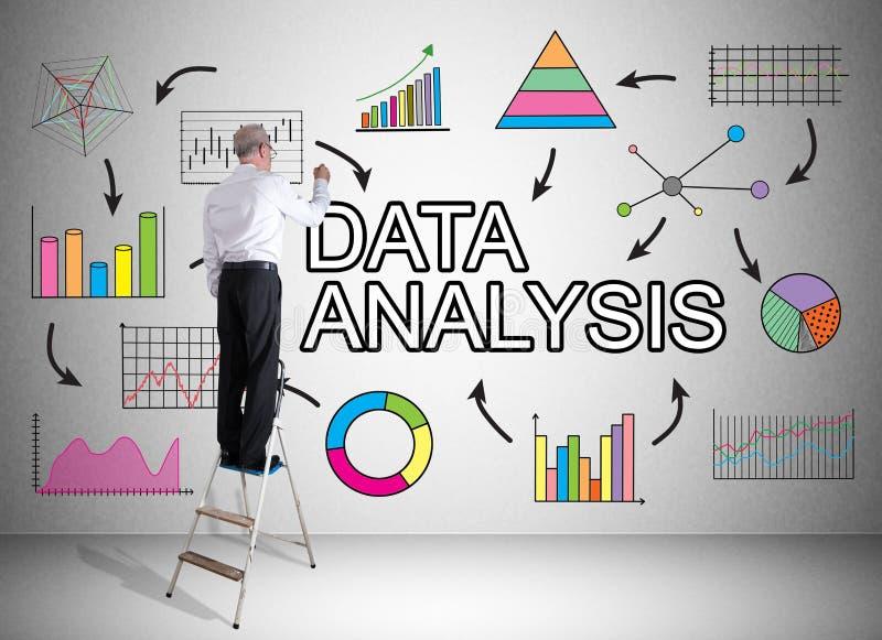 Het concept van de gegevensanalyse door een mens op een ladder wordt getrokken die royalty-vrije stock fotografie